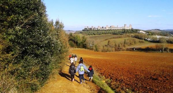 Bambini-verso-Monteriggioni